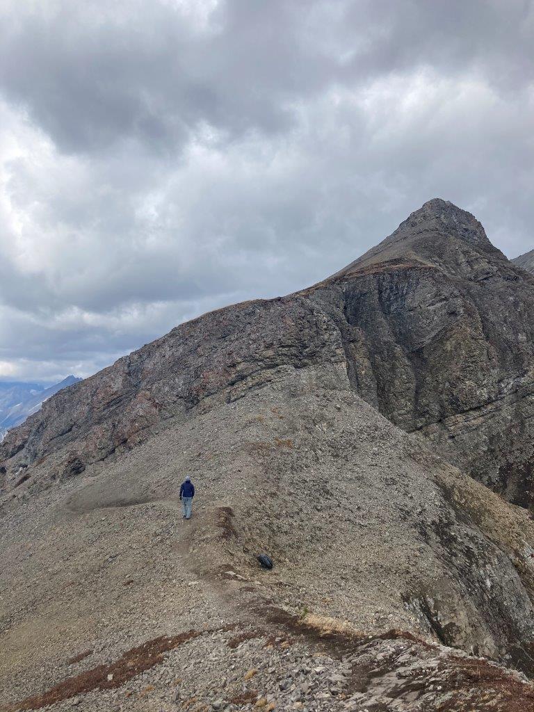 Man hiking up to Smutwood Peak